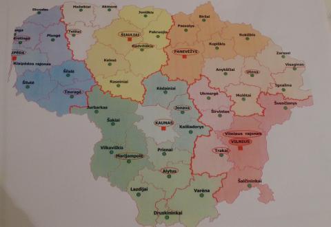 Teismų reforma žemėlapyje: teismų teritorijos pažymėtos skirtingomis spalvomis, buveinės miestas apvestas raudonai.