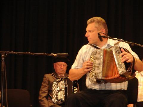 nuotraukoje teisėjas Jonas Čirvinskas groja armonika