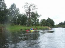 Nuotraukoje dalyviai, baidarės ir upė