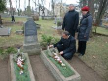 V.Krikščiūnas, A.Nevardauskis ir I.Baliukaitytė prie P.Dauguviečio kapo.